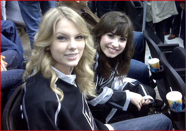 File:Demi-Lovato-Taylor-Swift-at-a-Hockey-Game-demi-lovato-3535598-644-454.jpg