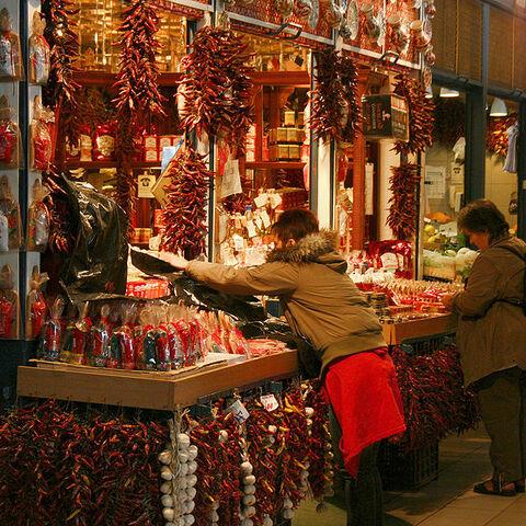 File:Paprika Vendor Budapest big hall.jpg