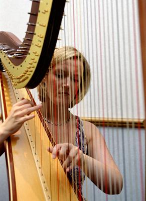File:Harpist3.jpg