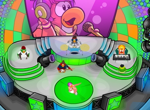 File:UiPE (Paultropica6) on Stage with Cadence and the Penguin Band.jpg