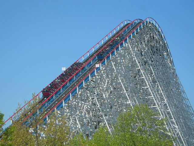 File:American Eagle Lift Hill.JPG
