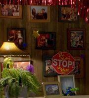 S06E05-New pics in Apt 303