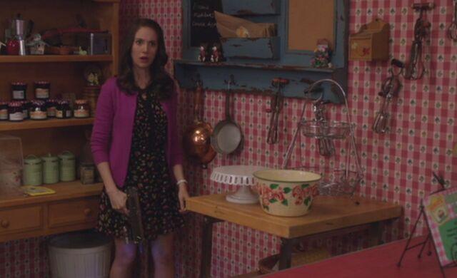 File:S04E13-Lame Annie hiding.jpg