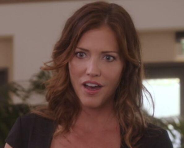 File:S04E03-Lauren smitten.jpg