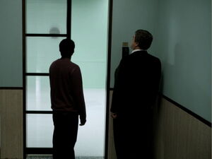 3x06-Troy Laybourne enter the room