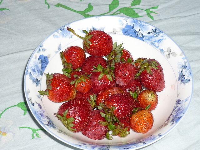 File:Strawberries on a plate.JPG