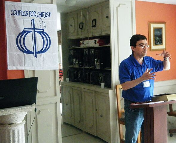 File:Luis Paez giving Talk in Ecuador.jpg