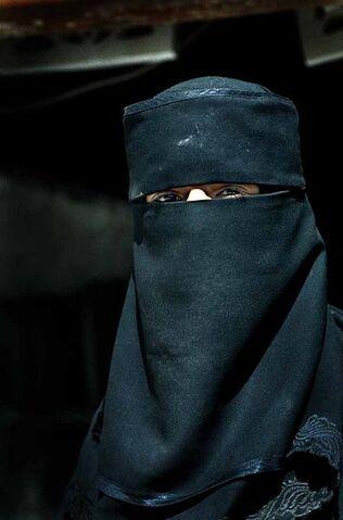 Arquivo:Muslim woman in Yemen.jpg