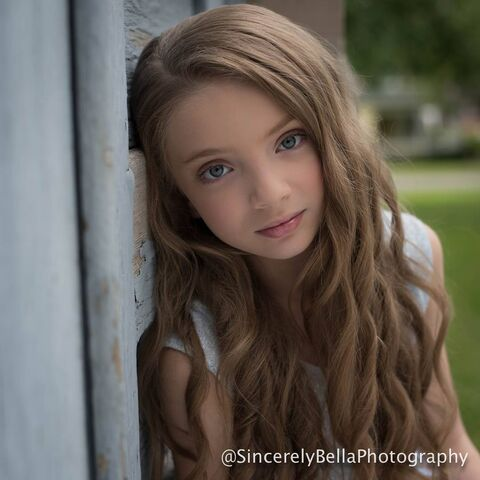 File:Sarah Hunt - sincerelybellaphotography - mid2015.jpg