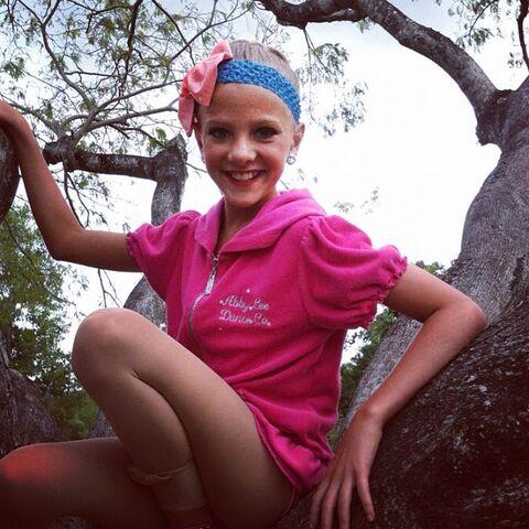 File:S1 Paige in tree.jpg