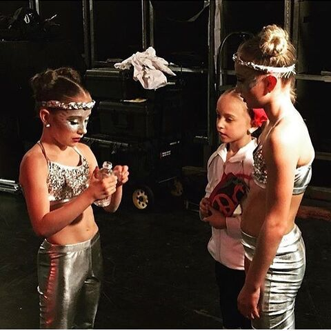 File:707 Ellie and Maesi with Lilly backstage.jpg