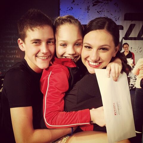 File:Nina Linhart with Maddie Ziegler Brandon Pent.jpg