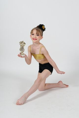 File:Sarah Hunt photoshoot with trophy 4.jpg