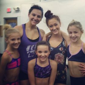 Nina Linhart with Auriel Welty Paige Hyland Kendall Vertes Chloe Lukasiak