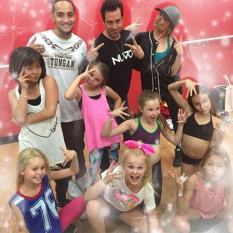 File:Meismer with JoJos tour dancers 2015-04-21.jpg