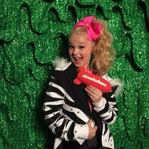 JoJo posing at slime wall for KCA award 2015-03-29