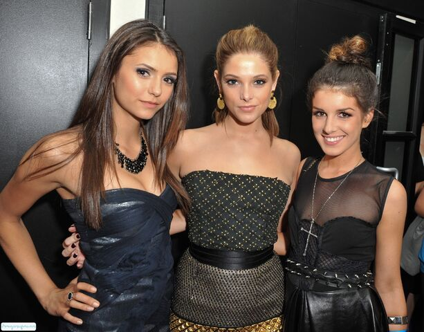 File:Shenae-Grimes-and-Nina-Dobrev-top-8-tv-couples-13552446-2400-1878.jpg