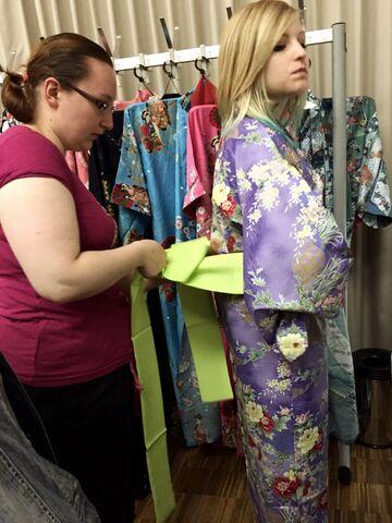 Datei:Connichi Kimono binden.JPG