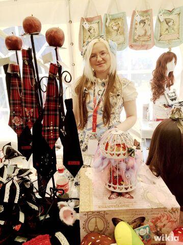 Datei:Gothic Lolita Merch.JPG