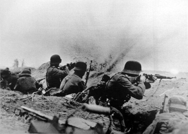 Datei:German Riflemen firing from trench, Soviet Union Circa 1943.jpg