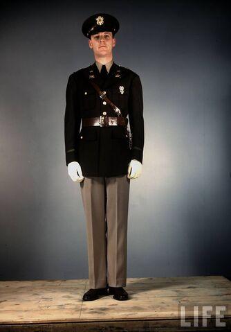 File:US-Army-officer-1st-Lieutenant-in-regulation-service-uniform.jpg