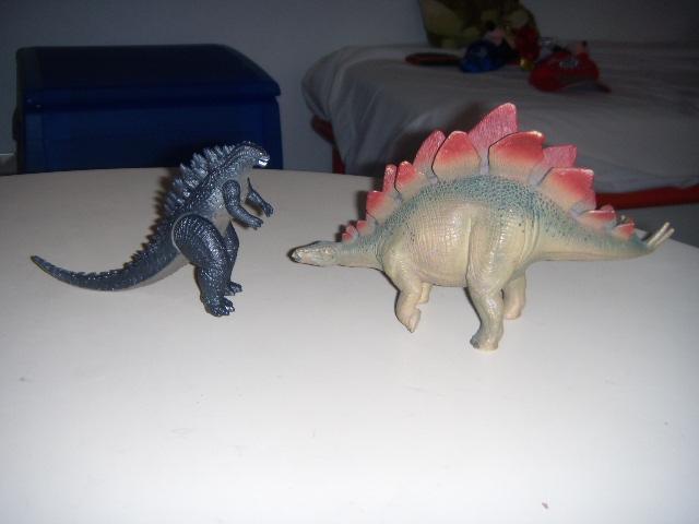 File:Godzilla e lo stegosauro.JPG