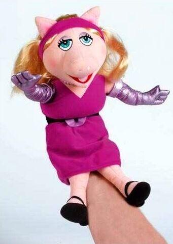 File:United labels piggy puppet 2008 45cm.jpg