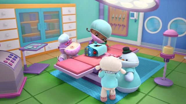 File:Doc, lambie, hallie and chilly in the operating room.jpg
