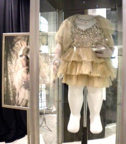 File:Lela Rose 2005 Emmys dress.jpg