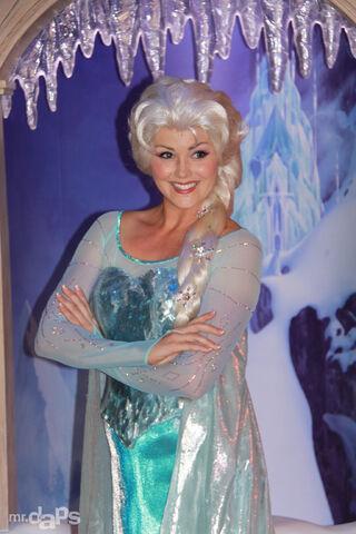 File:MrDAPs Frozen Anna Elsa Disneyland-17.jpg