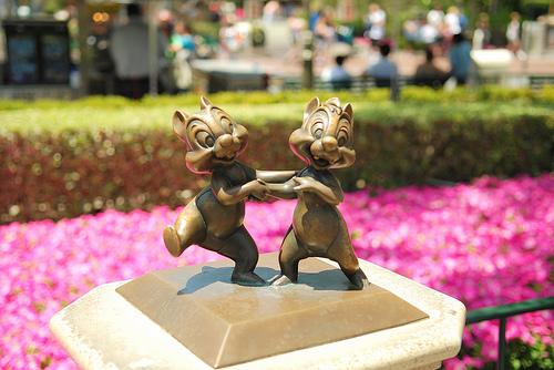 File:Disneyland-chi-n-dale.jpg