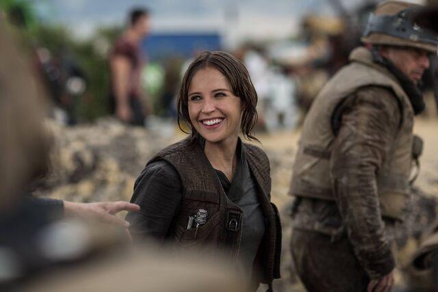 File:Felicity Jones on the set of Rogue One 1.jpg