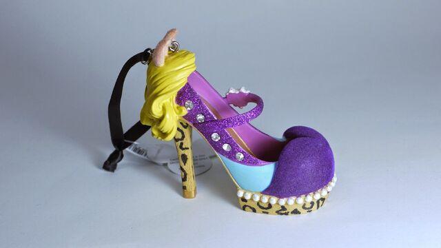 File:DISNEY PARKS The Muppets MISS PIGGY Runway SHOE Ornament-2014-02.JPG