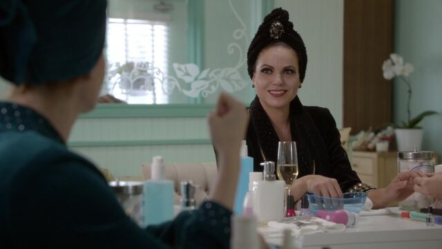 File:Once Upon a Time - 6x05 - Street Rats - Evil Queen in Spa.jpg
