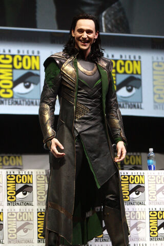 File:Tom Hiddleston by Gage Skidmore.jpg