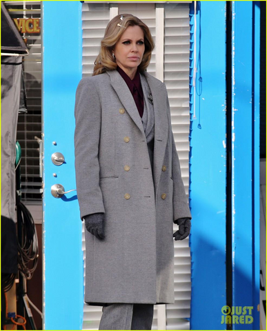 File:Kristin Bauer Van Straten on the set of Once Upon a Time.png
