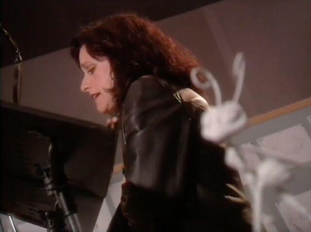 File:Julia Louis Dreyfus behind the scenes of abl.jpg