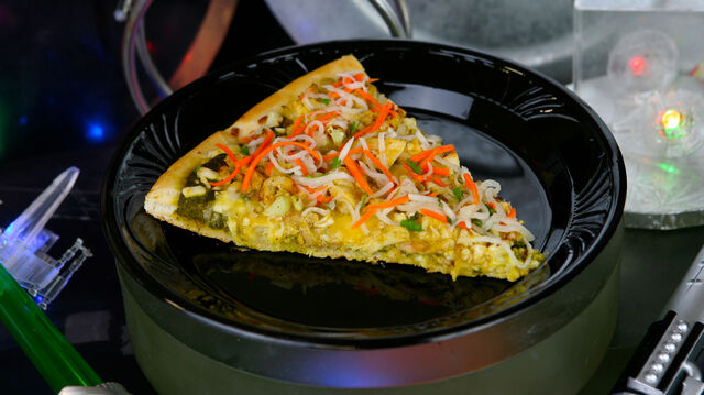 File:Dark-Side-Chicken-Curry-Specialty-Pizza.jpg