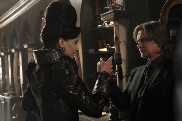 File:Once Upon a Time - 6x02 - A Bitter Draught - Photography - Evil Queen and Gold 4.jpg