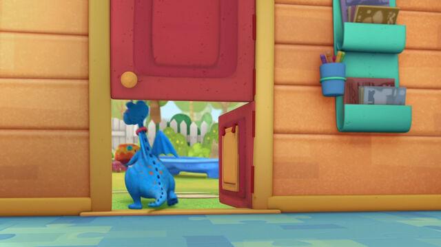 File:Stuffy opens the bottom door.jpg
