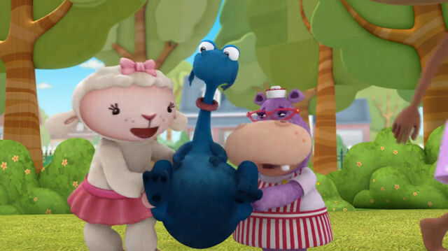 File:Lambie and hallie lifting stuffy.jpg