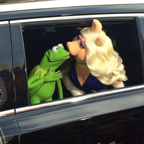 File:Kiss kermit piggy MMW Hollywood premiere arrival.jpg