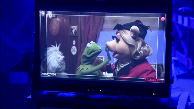 File:MMW Miss Piggy tries to kiss Constantine.png