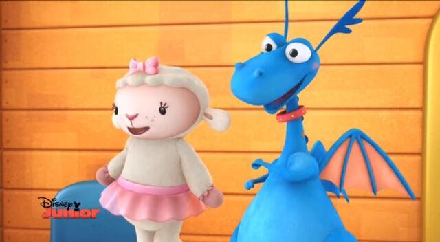 File:Lambie and stuffy singing.jpg