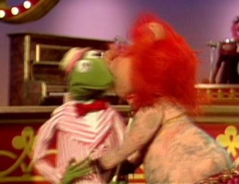 File:Kiss lydia kermit.jpg