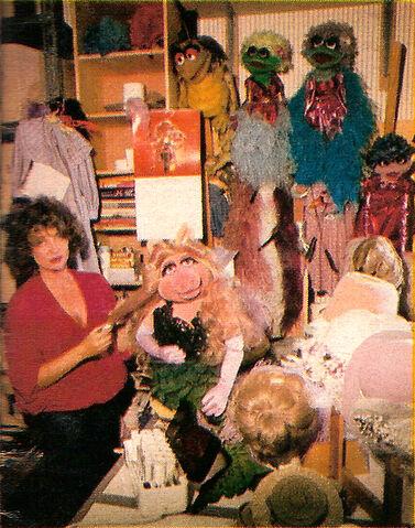 File:BarbaraDavis-and-MissPiggy-1980-02b.jpg