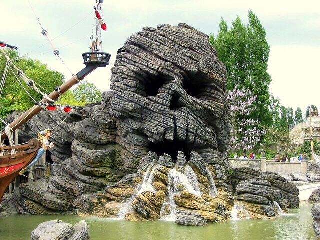 File:Disneyland paris skull rock.jpg