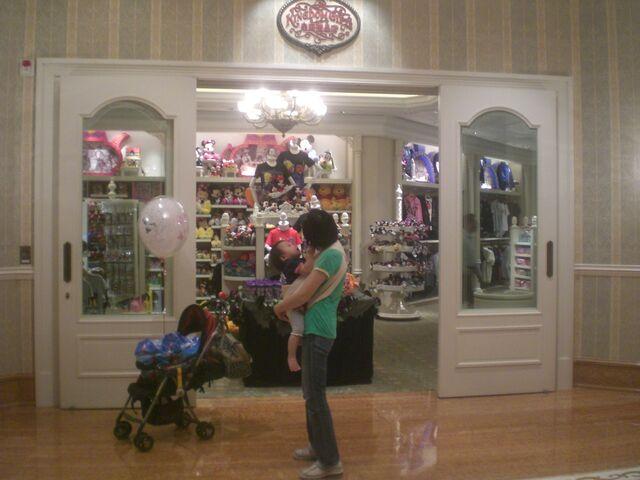 File:HK Disneyland Hotel 3rd floor 皇庭禮品店 Kingdom Gifts 2.jpg
