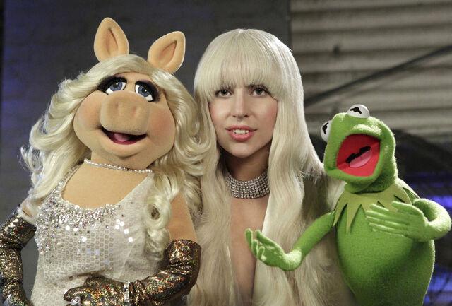 File:Gaga-Piggy-Kermit.jpg