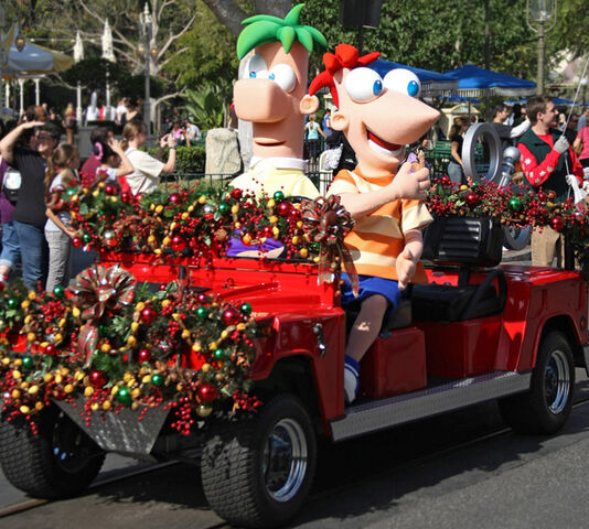 File:Phineas and Ferb at Disney Christmas Parade.jpg